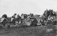 L.P vue générale 1954 avec mairie, du jeu de boule